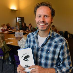 Buddy Tegenbosch op een foto die is genomen op de Best of YA Sleepover van 2015. Hier gaf Buddy een schrijfworkshop waar ik bij zat!