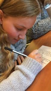 Opperste concentratie bij het schrijven van mijn column voor Cosmogirl!